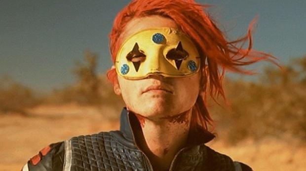 """Gerard Way em cena de """"NA NA NA"""" video que conta com a participação de Grant Morrison"""